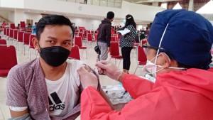 Ilustrasi, salah seorang warga sedang disuntik vaksin.-1635163242