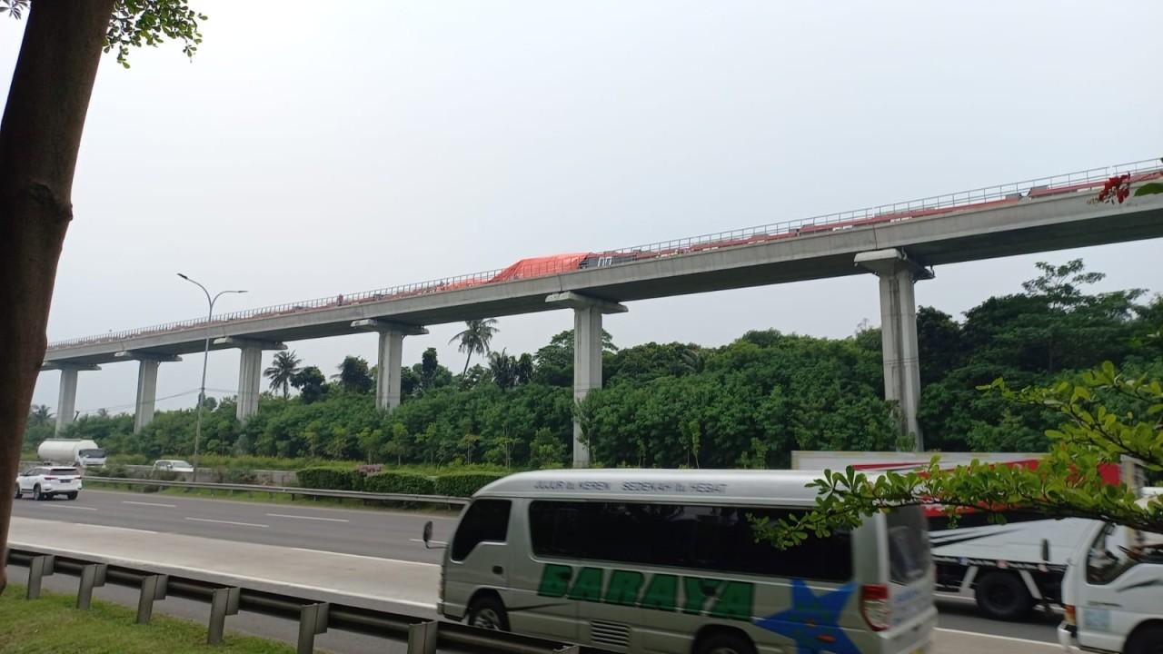 Bagian LRT yang kecelakaan telah ditutup petugas.