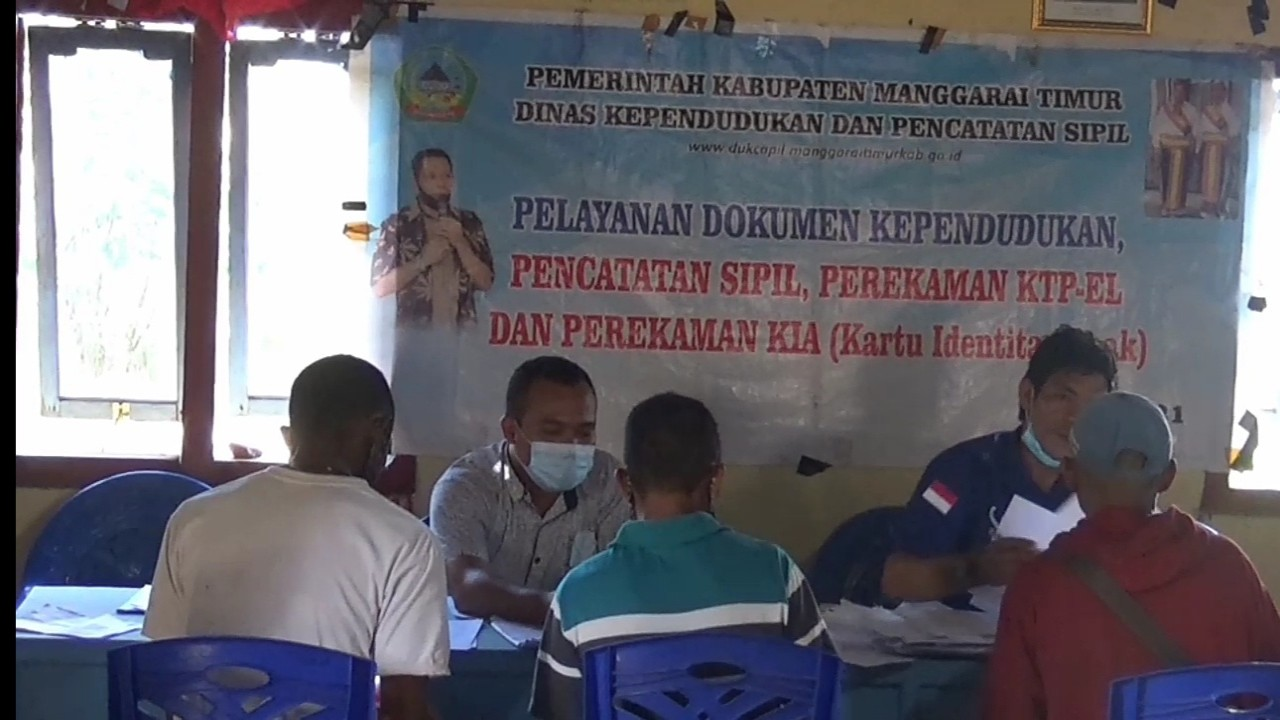 Petugas dari Dinas Kependudukan dan Pencatatan Sipil Kabupaten Manggarai Timur sedang melakukan perekaman dokumen kependudukan dari warga desa Teno Mese.(Foto:Dok.NusantaraTV)