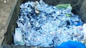 Uang pecahan 100 Dolar AS berserakan di tempat sampah. (net)-1634293515